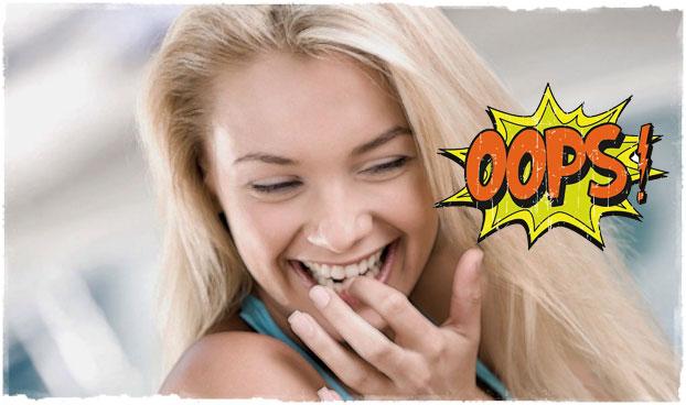 Девушка смеется красивая