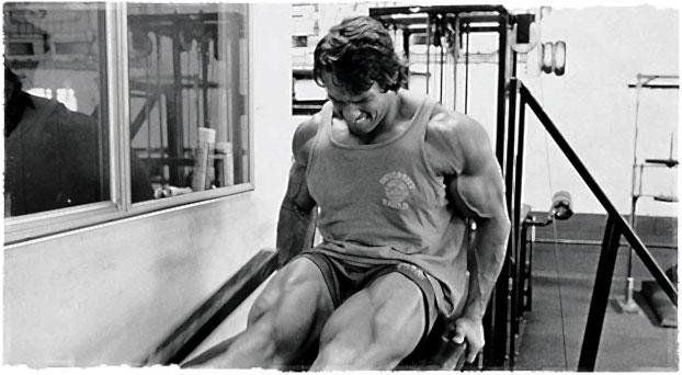 Арнольд упорно тренирует ноги