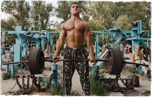 Мужчина тренируется на природе