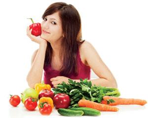 Девушка на диете с фруктами и овощами