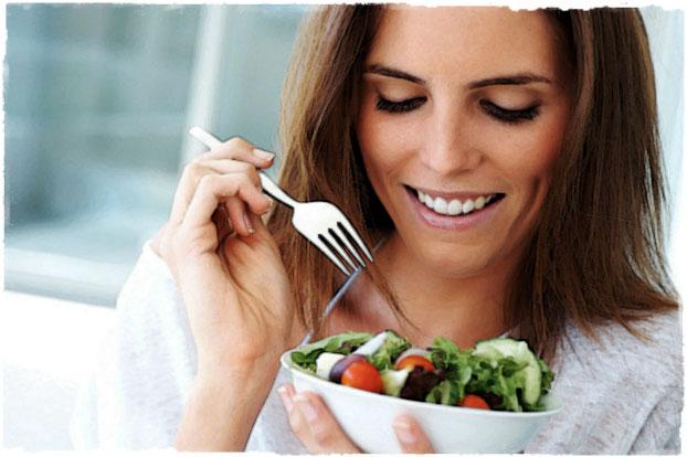 Девушка ест полезную еду