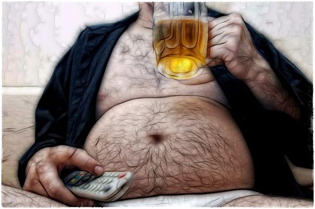 Мужик с пивом перед телевизором