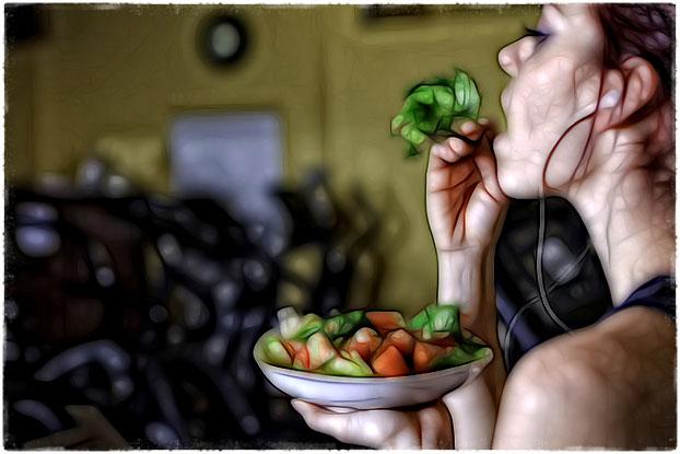Девушка ест после тренировки