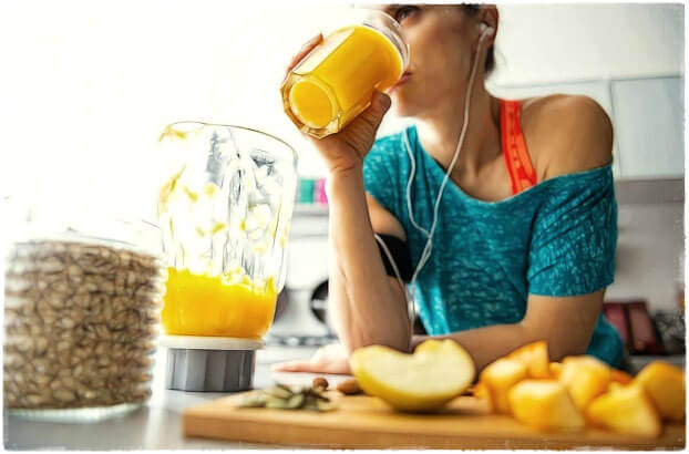 Фитоняшка пьёт сок на кухне