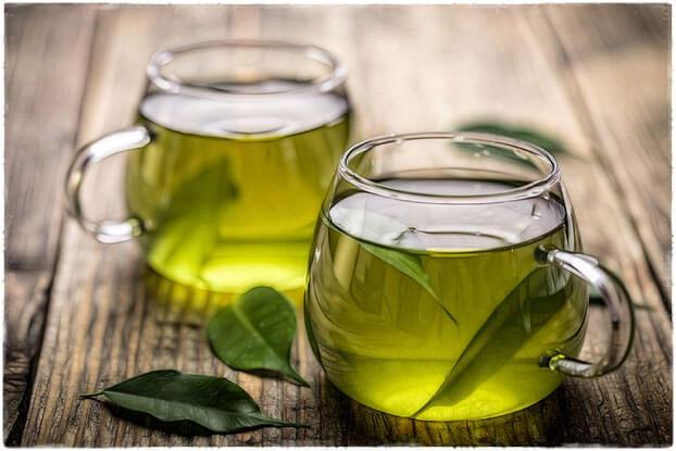 Зелёный чай в чашке на столе