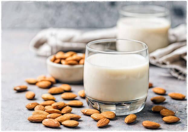 Миндальное молоко и орехи миндаля