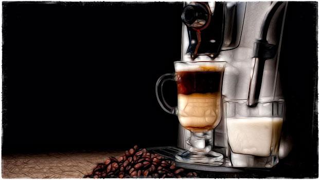 Кофемашина и стакан молока