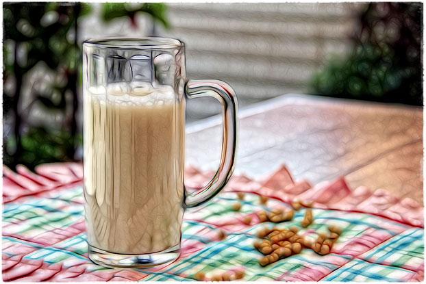 Стакан соевого молока на столе