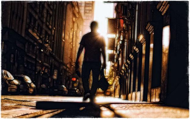 Парень идёт по городу