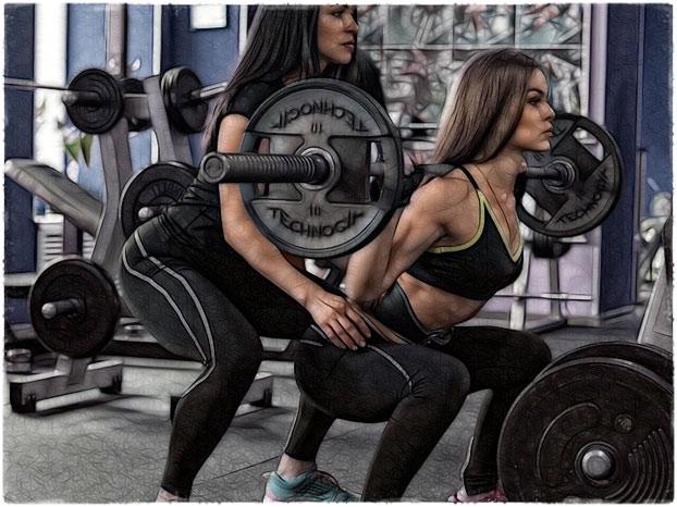 Девушки приседают в спортзале